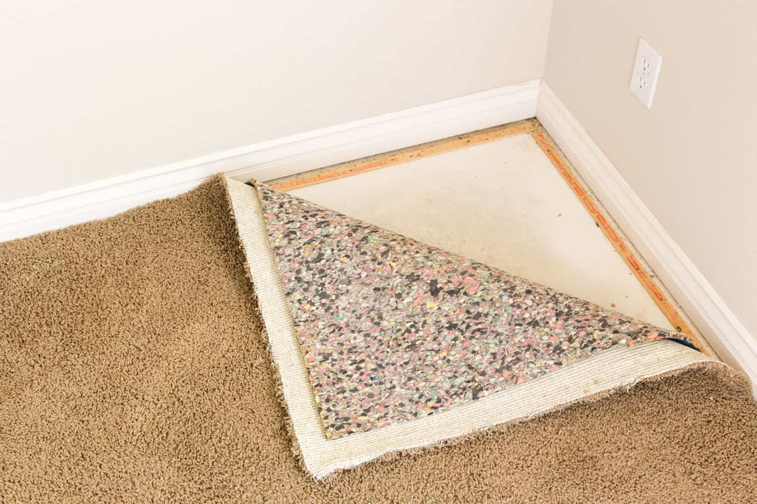 A photo of how carpet is installed on the corners of a house