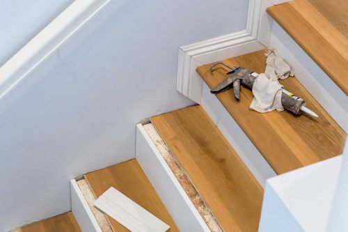 Read more about the article How To Install Vinyl Or Hardwood On Stairs With Nosewood